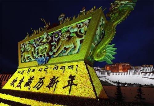 """布达拉宫/布达拉宫广场摆放象征五谷丰登巨型""""切玛"""",布达拉宫广场上..."""